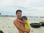 Fischerfamilie am Strand von Na Thrang