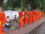 Prozession der Bettelmönche in Louang Prabang